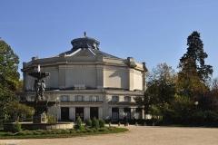 Théâtre Marigny - Français:   Fontaine du Cirque, ou des Quatre-Saisons construit en 1839 par l\'architecte Jacques Hittorff et le sculpteur Jean-Auguste Barre. Carré Marigny, jardin des Champs Élysée Paris 8e arrondissement.