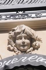 Immeuble - English: Avenue des Champs-Élysées Paris in 2014