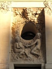 Immeuble, actuellement immeuble du Crédit Commercial de France - Français:   Décor sculpté par François-Léon Sicard (1862-1934) (sur la rue de Bassano)- Bâtiment de l\'ancien hôtel Élysée-Palace au 103 avenue des Champs-Élysées (Paris, 8e arrond). Architecte Georges Chedanne (1861-1940).