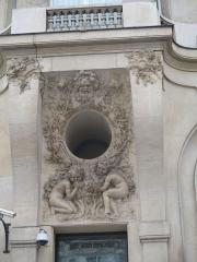 Immeuble, actuellement immeuble du Crédit Commercial de France - Français:   Détail de la façade de l\'ancien Élysée Palace Hôtel, au 103 avenue des Champs-Élysées construit par Georges Chedanne en 1898. Relief de François Sicard.