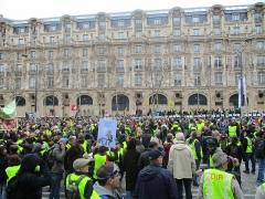 Immeuble, actuellement immeuble du Crédit Commercial de France - Français:   Manifestation des gilets jaunes le samedi 16 mars 2019 aux Champs-Élysées vers midi. Les manifestants regardent vers l\'arc de triomphe d\'où sont tirés continuellement des gaz lacrymogènes et des grenades de désencerclement.