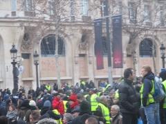 Immeuble, actuellement immeuble du Crédit Commercial de France - Français:   Manifestation des gilets jaunes aux Champs-Élysées, le 12 janvier 2019.