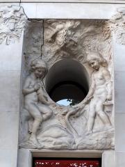 Immeuble, actuellement immeuble du Crédit Commercial de France - Français:   Décor sculpté par Hippolyte Lefèbvre (1863-1935) - Bâtiment de l\'ancien hôtel Élysée-Palace au 103 avenue des Champs-Élysées (Paris, 8e arrond). Architecte Georges Chedanne (1861-1940).