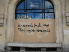 Immeuble, actuellement immeuble du Crédit Commercial de France - Français:   Paris le samedi 16 mars 2019 aux Champs-Élysées. Manifestation des gilets jaunes (acte XVIII). Inscription sur une palissade de la banque HSBC appelant à la convergence des gilets jaunes et des écologistes.