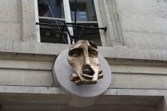 Ancien conservatoire National de Musique et de Déclamation -  Eingang zum Conservatoire national d`art dramatique in Paris (2bis, rue du Conservatoire, 9. arrrondissement), Kunstwerk über dem Eingang