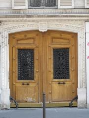 Immeuble - English: Ornated door: 3bis rue d'Athènes, Paris 9th arr.