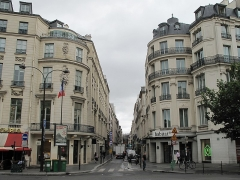Immeuble ou ancien Hôtel de la Haye - English: rue de Caumartin, Paris 9th arr. With mansion Marin-Delahaye on the left and mansion d'Aumont on the right, both with an exterior rotunda.