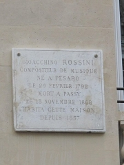 Immeuble - English: Plaque at the 2 rue de la Chaussée d'Antin (behind the balcony at the 2nd floor), Paris 9th arr. the text is:
