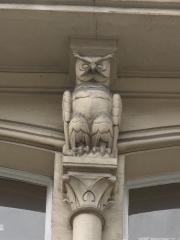 Maison construite par Viollet-le-Duc - English: Relief of Grand-Duc owl on a building built by Viollet-le-Duc: 68 rue Condorcet, Paris 9th arrond. The Grand-Duc owl was the symbol of his family.