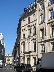 Immeuble - English: Hôtel built by the architect Bélanger for his wife, the dancer Mlle Dervieux at the junction of the rue Joubert and rue de la Victoire, Paris.
