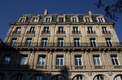 Immeubles aux abords de l'église de la Trinité - Deutsch: Haus 7 place d'Estienne-d'Orves in Paris (9. Arrondissement)