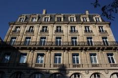 Immeubles aux abords de l'église de la Trinité - Deutsch: Haus 7 place d'Estienne-d'Orves in Paris (9. Arrondissement)