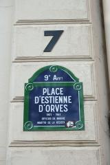 Immeubles aux abords de l'église de la Trinité - Deutsch: Straßenschild PLACE D'ESTIENNE D'ORVES im 9. Arrondissement von Paris