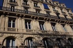 Immeubles aux abords de l'église de la Trinité - Deutsch: Haus 8 place d'Estienne-d'Orves in Paris (9. Arrondissement)