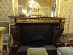 Mairie annexe du neuvième arrondissement - English: Fireplace in the wedding room of the town hall of the 9e arrondissement of Paris, dated around 1830, when hje mansion was inhabited by the banker Aguado.