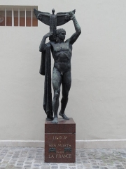 Mairie annexe du neuvième arrondissement - English: Statue of the Victory, sculted by Sicard (1862-1934). This statue is located in the yard of the Town hall of the 9e arrondissement of Paris.