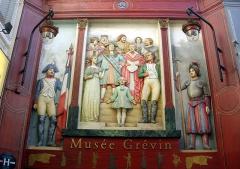 Musée Grévin (voir aussi : passage Jouffroy) -  Au dessus de la porte d'accès du musée Grévin, passage Jouffroy