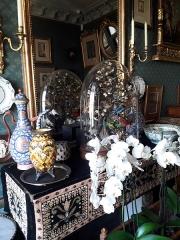Musée Gustave Moreau - Vue du boudoir aménagé par Gustave Moreau à la mémoire de sa maîtresse Alexandrine Dureux. On peut voir notamment des fleurs blanches et une cloche de verre abritant des oiseaux naturalisés. Musée Gustave-Moreau, Paris, France.