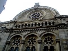 Synagogue - Français:   Grande synagogue de la Victoire à Paris. Sur le fronton est inscrit en hébreu le verset biblique Genèse 28:17:  \