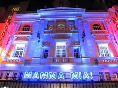 Théâtre Mogador - English: Lighting ensign of Mamma Mia at the theatre Mogador in Paris.