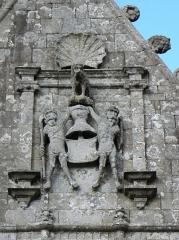 Eglise Notre-Dame de Bulat - Façade sud de l'église Notre-Dame de Bulat-Pestivien (22). Armes ornant le pignon de la sacristie.