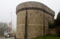 Château de la Reine Anne - Français:  Angle sud-est de la tour de Coëtquen devant la fête foraine à Dinan (France)