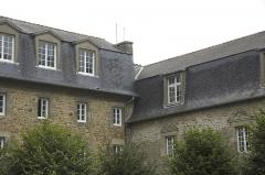 Ancien couvent des Cordeliers - English: Seul le cloître date de la création du couvent au 13e. Les bâtiments  seront reconstruits au XVe.