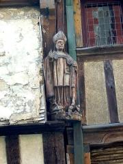 Maison - Esperanto: Ligna statuo de Sankta Nikolao je trabfaka domo en Dinan