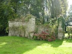 Château de Kéranno - English: Château de Kéranno à Grâces, dans le jardin, 17ème et 18ème siècle