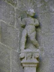 Eglise Notre-Dame - Façade occidentale de l'église Notre-Dame de Kergrist-Moëlou (22). Détail sculpté.