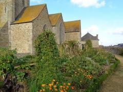 Eglise Saint-Jean - Français:   Jardin médiéval (conception Herbarius - Planguenoual)