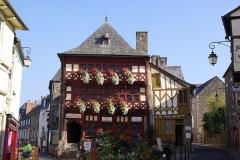 Maison dite du Bourreau - Deutsch: Lamballe in der Bretagne in Frankreich. Das Foto zeigt das Museum, im Rücken ist der Marktplatz (geotags in den EXIF-Daten).