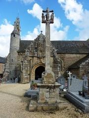 Eglise Saint-Loup - Français:   Lanloup: le calvaire et l\'église Saint-Loup