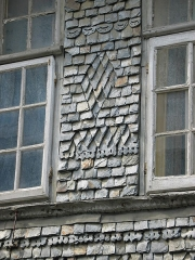 Immeuble - English: Artistically sculpted slate wall cladding on a house façade in fr:Lannion, (Brittany, France).
