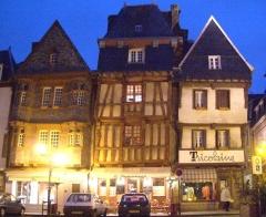 Maison du 16e siècle, dite Maison du Chapelier - Français:   Centre ville historique de Lannion, maisons à colombage.  Date: avril 2005, dans la soirée  Auteur: Christophe.Finot