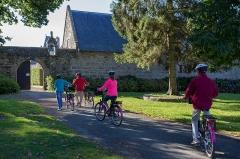 Château de Rosambô - Français:   Vélek'tro, vélo à assistance électrique sur la Côte de Granit Rose en Bretagne. Entrée nord du château de Rosanbo en Lanvellec (22).