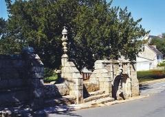 Eglise Saint-Yvi de Loguivy - Brezhoneg:   Logivi-Lannuon Feunteun 1
