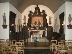 Chapelle de Lanvignec - Français:   Le retable de la chapelle de Lanvignec à Paimpol avec, à gauche et à droite, deux statues de Saint Vignoc, celle de droite en évêque, en bois sculpté et peint, classées M.H..