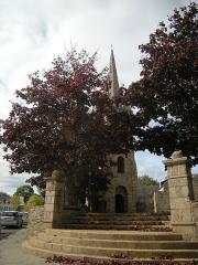 Ancienne église - Français:   Clocher de l\'ancienne église de Paimpol. A droite, le monument dédié à Théodore Botrel, square Théodore Botrel, place de Verdun.
