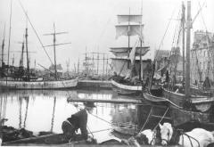 Groupe de deux maisons identiques - Français:   Le port de Paimpol vers 1895, pendant le temps de la pêche (paimpolaise) de morue à Islande: \