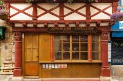 Maison de bois - English: The ground floor of the Quincaillerie Jézéquel in Paimpol.