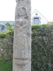 Calvaire, à Ploumanac'h, dans l'enclos de la chapelle Saint-Guirec - Français:   En-dessous de la sculpture du christ crucifié, on devine celle d\'une Bretonne, les mains croisées sur sa poitrine, vêtue de son costume et d\'une coiffe (Ploumanac\'h, Perros-Guirec)