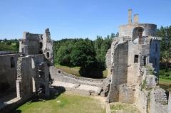 Château de la Hunaudaye - Deutsch: Innenansicht der nördlichen Seite der Burgruine La Hunaudaye, Frankreich