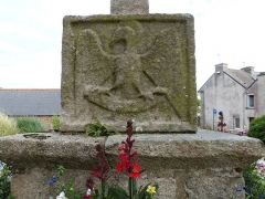 Croix du cimetière - Français:   L\'aigle de Jean, apôtre et évangéliste, est représenté sur cette face du socle de la croix