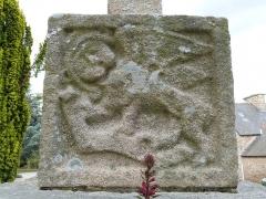 Croix du cimetière - Français:   Face du socle de la croix  représentant le symbole de l\'évangéliste Marc