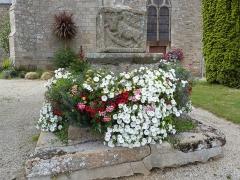 Croix du cimetière - Français:   Face du socle de la croix sur laquelle est représenté le symbole de l\'apôtre évangéliste Luc, le taureau.