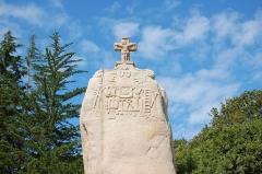 Menhir dit de Saint-Duzec - English: Christianized menhir of Saint-Uzec in Pleumeur-Bodou, France.  Français: Menhir christianisé de Saint-Uzec à Pleumeur-Bodou (France).