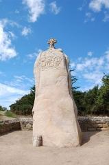 Menhir dit de Saint-Duzec - English: Christianized menhir of Saint-Uzec in Pleumeur-Bodou, France - global view.  Français: Menhir christianisé de Saint-Uzec à Pleumeur-Bodou (France), vue globale.