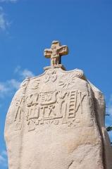 Menhir dit de Saint-Duzec - English: Christianized menhir of Saint-Uzec in Pleumeur-Bodou, France - close-up.  Français: Menhir christianisé de Saint-Uzec à Pleumeur-Bodou (France), détail.