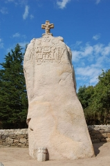 Menhir dit de Saint-Duzec - English: Christianized menhir of Saint-Uzec in Pleumeur-Bodou, France - global view.  Français: Menhir christianisé de Saint-Uzec à Pleumeur-Bodou (France), vue globale.